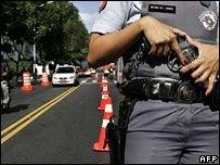 Британские женщины-полицейские возмущены: в форменных брюках выглядят слишком толстозадыми