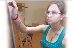 Слепая девушка рисует картины