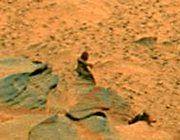 """Марсоход Spirit сфотографировал марсианина, \""""ждущего автобус\"""" (фото)"""