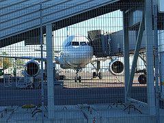 В Кейптауне грузовик протаранил самолет
