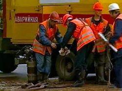В Благовещенске в яму из-за прорыва водопровода упали автобус и троллейбус с пассажирами