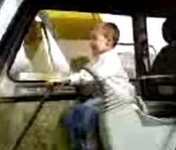 3-летний мальчик научился водить трактор (видео)