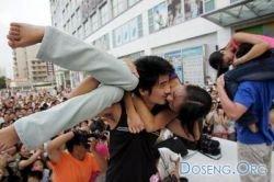 В Японии прошли соревнования на самый необычный поцелуй (фото)