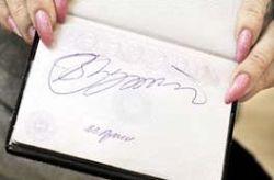 Владимир Путин расписался в паспорте спортсменки. Теперь документ могут счесть недействительным