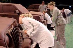 Чтобы получить новый Jeep Liberty, достаточно первой слизать с него шоколад