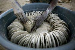 Население Гаити питается пирожками из грязи (фото)