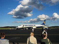 Николя Саркози и Карла Бруни подали в суд на авиакомпанию Ryanair