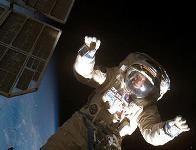 Российские космонавты будут спускать грузы из космоса на тросе