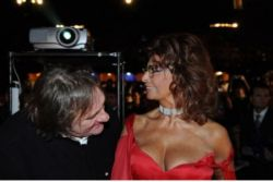 Софи Лорен (Sophia Loren) заинтересовала Жерара Депардье (Gerard Depardieu) глубоким декольте (фото)