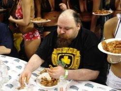 Определён новый чемпион по поеданию куриных крылышек (фото)