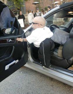 Актер Верн Тройер (Verne Troyer) получил автоправа (фото)
