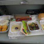 Пассажир отсудил у авиакомпанию компенсацию за поданное ему во время полета блюдо с тараканами