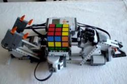 Как робот Lego разбирается с кубиком Рубика (видео)