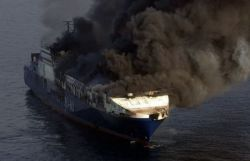 Пожар на грузовом судне у берегов Хорватии (фото)