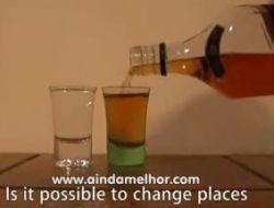 Интересный фокус с виски и водой (видео)
