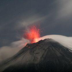 Эквадорцы убегают от вулкана