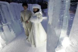 Японская пара обвенчалась в часовне изо льда (фото)