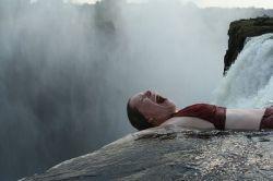 Экстремальное купание в водопаде Виктория (видео)
