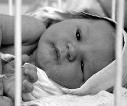 За отсутствие визы власти ОАЭ задержали грудного младенца