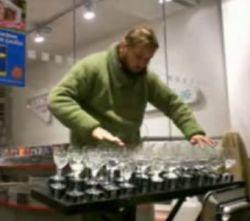 Впечатляющая мелодия созданная при помощи бокалов (видео)