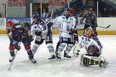 Врачи спасли хоккеиста с перерезанным горлом