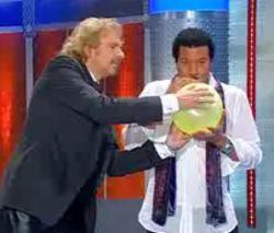 Лайнел Риччи (Lionel Richie) исполнил свой хит «Hello» с помощью гелия (видео)