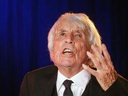 104-летний певец Йоханнес Хеестерс, выступавший в нацистской Германии, возвратился на сцену