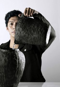 Голландский дизайнер создал посуду из макулатуры