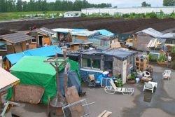 Бомжи-чиновники построили образцовую деревню