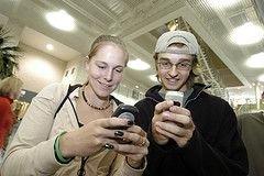 Все больше людей играет в игры на мобильных телефонах