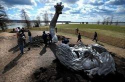 Раскопки скульптуры The Awakening в Вашингтоне (фото)