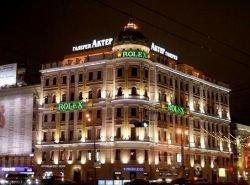 Москва сменила свою советскую серость на пестрые рекламные щиты и иностранные автомобили