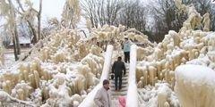 Мороз превратил водопад в Эстонии в сказочный город