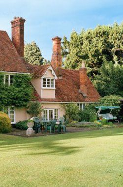 В саду английской пенсионерки упал самолет с наркоторговцем