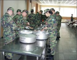 """Российские солдаты будут питаться на \""""шведском столе\"""""""
