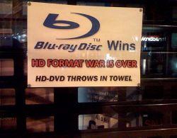Sony празднует победу в войне форматов, а DreamWorks не знает, что делать с «Би Муви»
