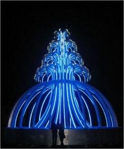 В Нью-Йорке забил неоновый фонтан (фото)