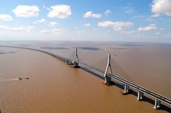 Открыт самый длинный мост через море в мире