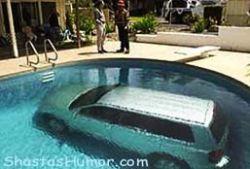 Женщина припарковала машину в бассейне (видео)