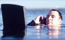 Рыбак с затонувшего траулера плыл до берега 12 часов