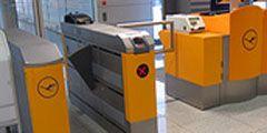 Lufthansa пропускает пассажиров в самолет с помощью турникетов