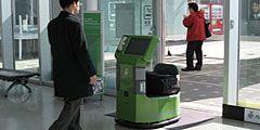 Японский робот-носильщик поможет пассажирам с багажом