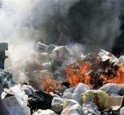 В Неаполе жители поджигают груды мусора