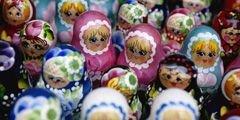Самые популярные сувениры в Чехии - матрешка и шапка-ушанка