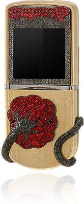 Эксклюзивный телефон Maki выполнен из золота и украшен россыпью драгоценных камней