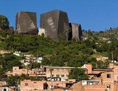 Чёрные дома культуры скалами нависли над городом
