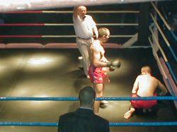 Кубинский боксер за один бой отправил в нокаут 2-х рефери (видео)