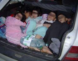 Немецкие полицейские задержали небольшой автомобиль, в котором находилось 14 человек