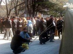 Татары с палатками и бочками осадили крымский парламент