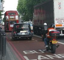 Мэр Лондона Кен Ливингстон не пустит мотоциклы на автобусные полосы